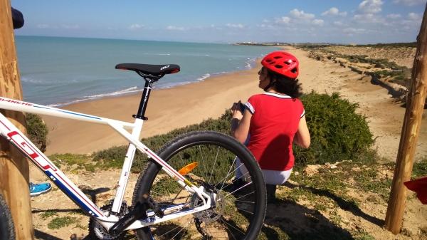 """Mountain bike lungo la costa iblea. Lo """"Spiaggione"""" di Randello."""